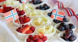 Muffinsformer med frukt og bær og det norske flagg