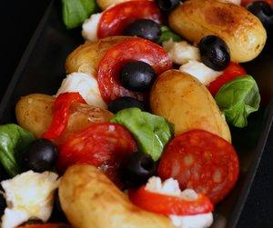 Potetsalat med basilikum, paprika og oliven