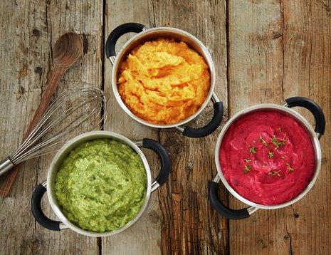 Tre skåler med mos i ulike farger