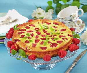 Oppskriftsbilde av kake med bringebær servert på stettfat i glass.