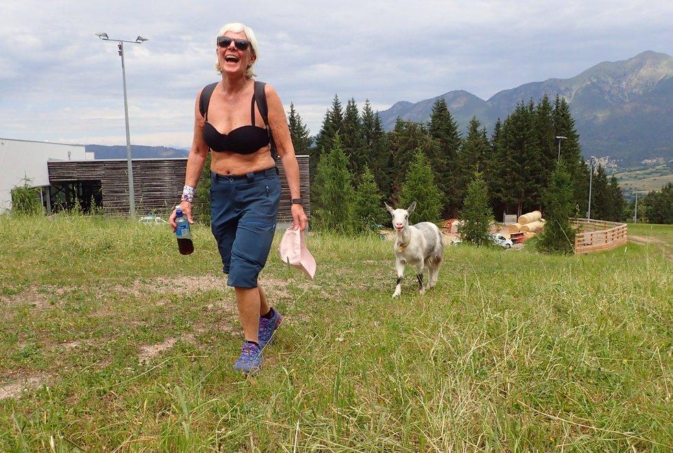 Heidi Nordtvedt hadde følge med geita opp hele Monsterbakken i Cavalese i Val di Fiemme, Dolomittene, Italia
