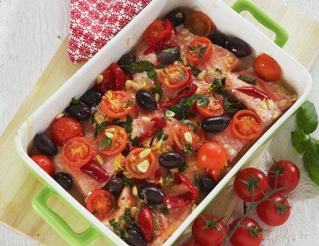 Form med tomater, oliven og laks