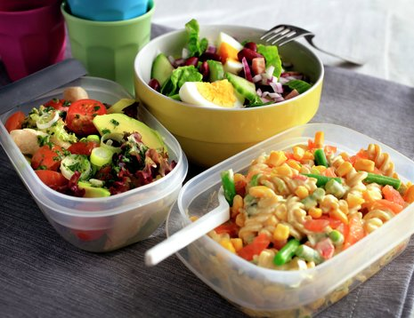 Fellesbilde av skinkesalat, pastasalat og kyllingsalat servert i matbokser og bolle.