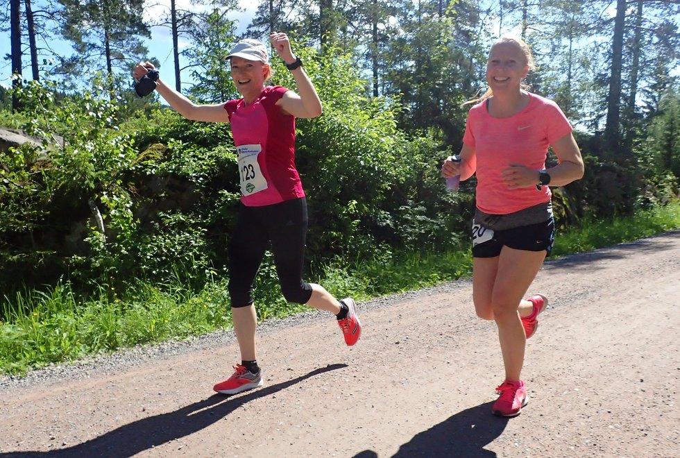 Helen Rist (t.v)  og Linda Sørfjord Nordmarka Skogsmaraton 2019