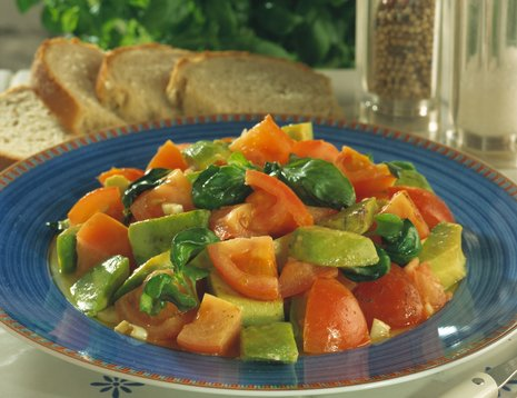 Tomatsalat på blå tallerken