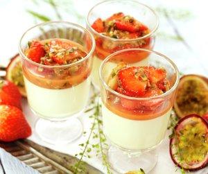 Kokos panna cotta med jordbær i tre glass