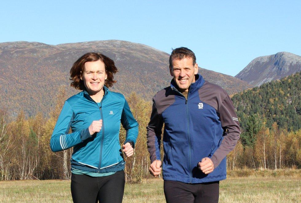 Brynhild Synstnes og Terje Hole kan se tilbake på en lang idrettskarriere. Nå vier de livet sitt til de tre barna sine og til barne- og ungdomsidretten på Åndalsnes. (Foto: Marianne Røhme)