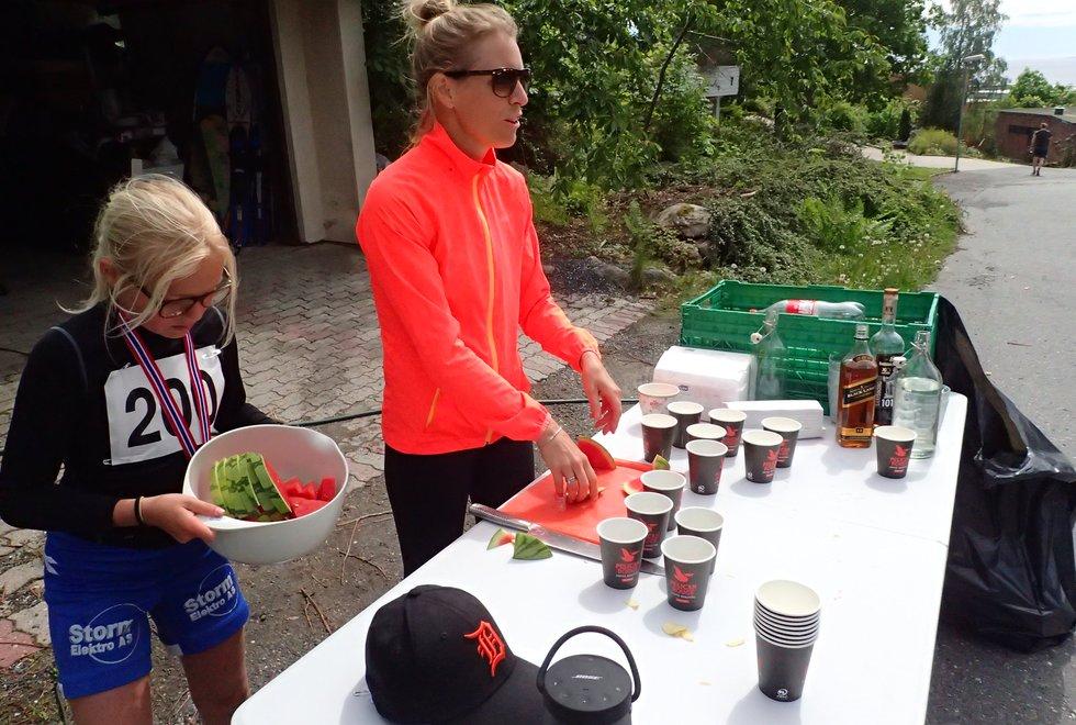 Sanna og Janne på mat- og drikkestasjonen i Tretoppsløpet på Jeløya 2019