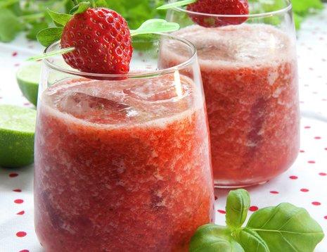 To glass jordbærsmootihe på prikkete duk