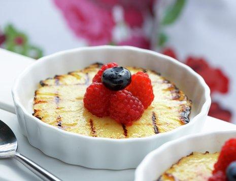 Grillet ananas med bringebær i hvit form