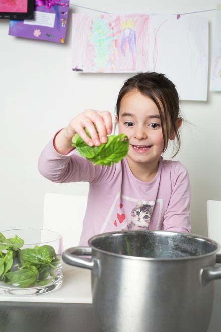 Jente koker spinat