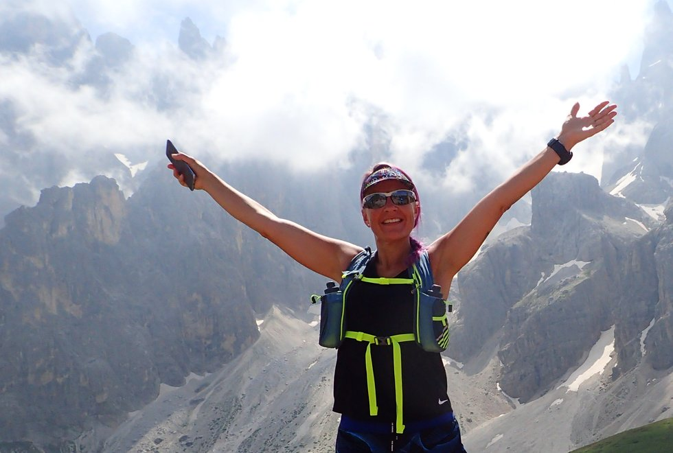 Maja Gran Erke på Kondistur fra Passo Rolle til Passo di Valles i Dolomittene i Italia