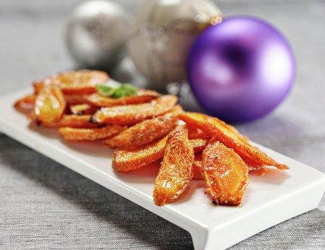 Bakte gulrøtter på hvitt fat