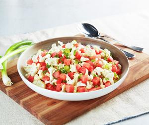 Blomkålsalat med vårløk og vannmelon