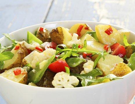 Sommerlig potetsalat med nypoteter, blomkål og sukkererter