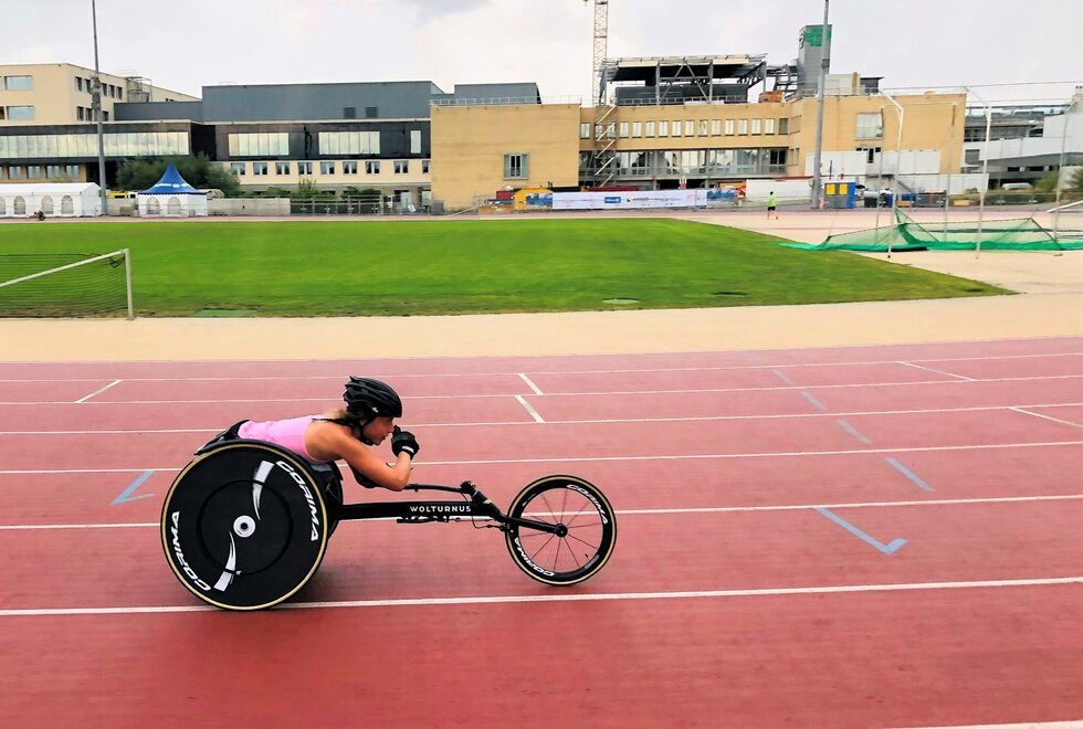 På bane: Hanne Eriksson gjennomfører de fleste øktene på friidrettsbanen. (Foto: Privat)