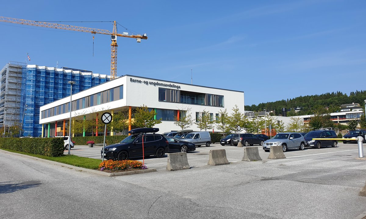 Sykehus pålagt å tilby elbillading