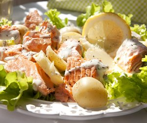 Miljøbilde av laks- og potetsalat med sursøt rømmedressing