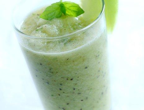 Et glass grønn smoothie laget med epler
