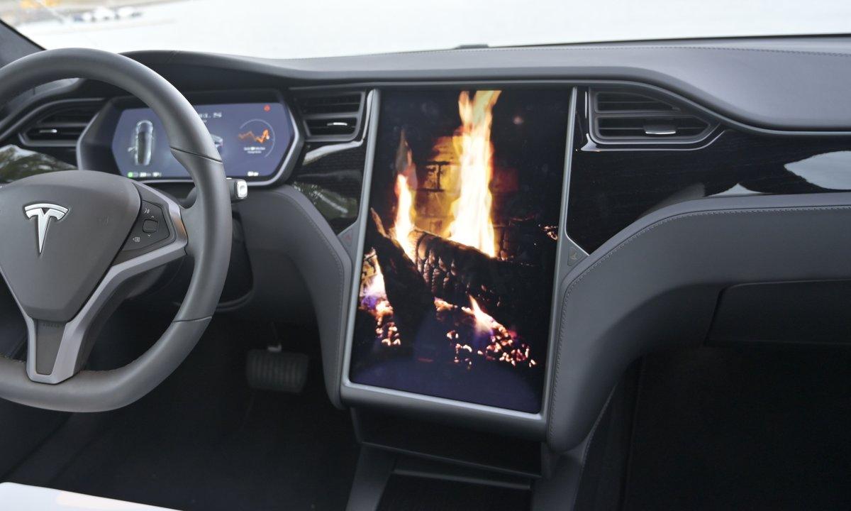 Tesla tilbakekaller biler med skjermtrøbbel