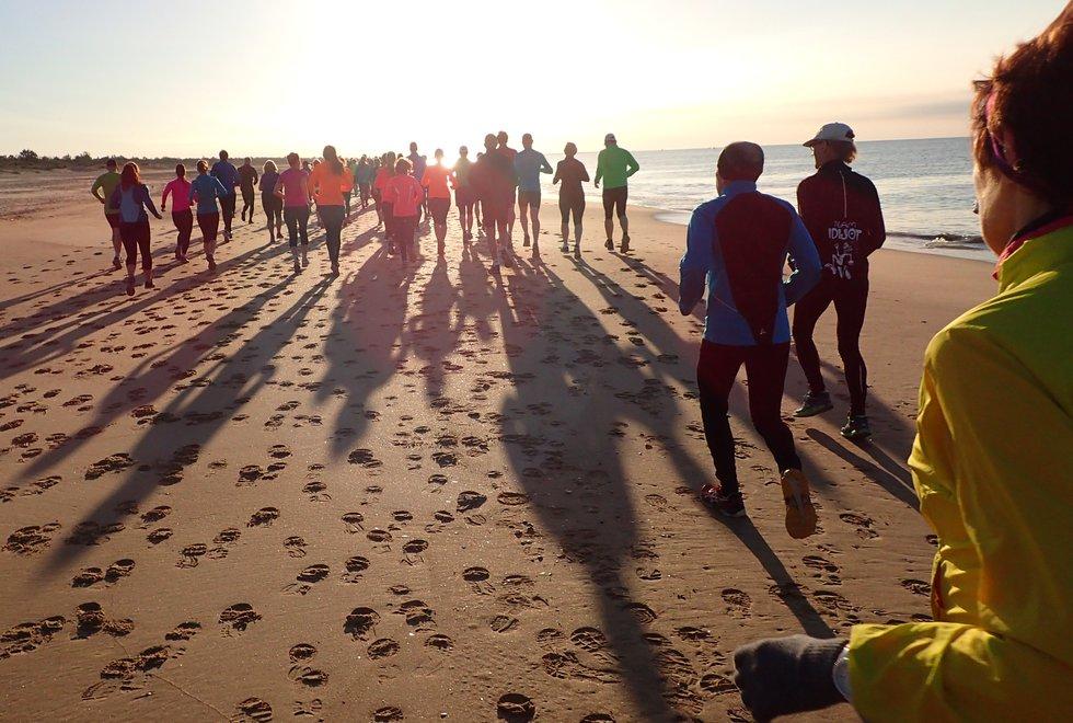 Lenge siden: Dette bildet ble tatt under en løpeuke i Portugal i 2015. Vi dro dit hvert år helt til koronaen kom. Nå vil vi igjen dra ned for våre faste morgenjoggeturer på stranda. (Foto: Marianne Røhme)