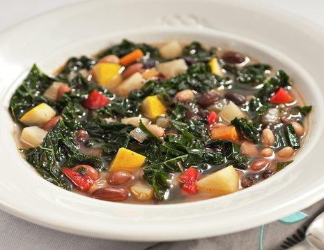 Suppe med grønnsaker i hvit tallerken