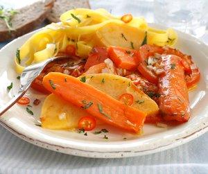 Gulrøtter og kålrot med tomater på lys asjett