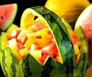 Miljøbilde av fruktsalat servert i en uthult vannmelon.