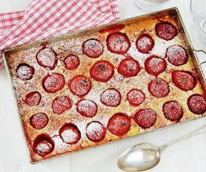 Clafoutis med jordbær på hvitt bord