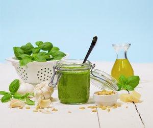 Grønn pesto lages tradisjonelt av  basilikum, hvitløk, olje og pinjekjerner, og er et kjempegodt tilbehør f.eks. til pasta.