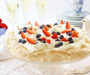 Pavlova med jordbær og blåbær. Fin kake til 17. mai.