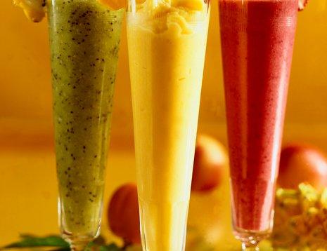 Tre høye glass med smoothie