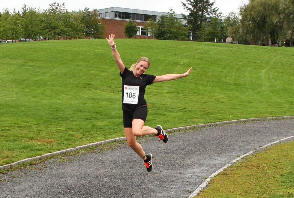 Treningsglede: I Kondis er vi opptatt av å spre treningsglede og skape et fellesskap for alle som er opptatt av løping, langrenn, sykling og multisport. Her har fotograf Olav Engen fanget en svært så glad løper - Anine Hegre - under Lørenskogløpet 2017. #Løpeglede