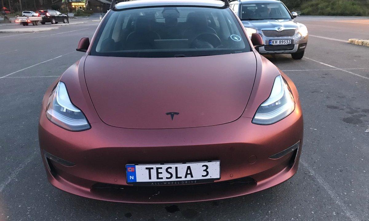 Tesla Model 3 dobbeltkåret til årets bil i Norge