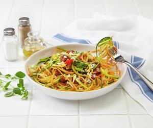 Grønnsak-spagetti laget av strimlet søtpotet og squash