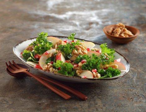 Grønnkålsalat med epler, salat med grønnkål, epler og valnøtter