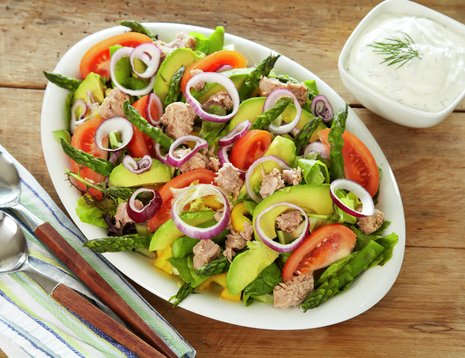 Salat med avokado, asparges og valnøtter