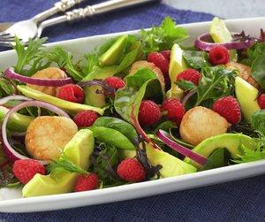 Oppskriftsbilde av salat med avokado, bringebær og kamskjell.