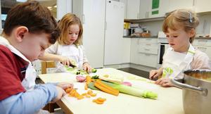 Barn kutter grønnsaker