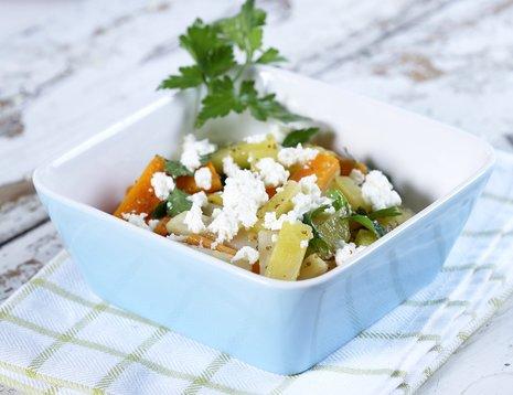 Salat med rotgrønnsaker og ost servert i dyp, firkantet skål