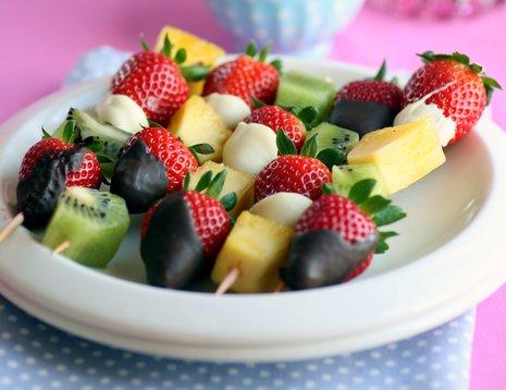 Fruktspidd med jordbær på hvitt fat