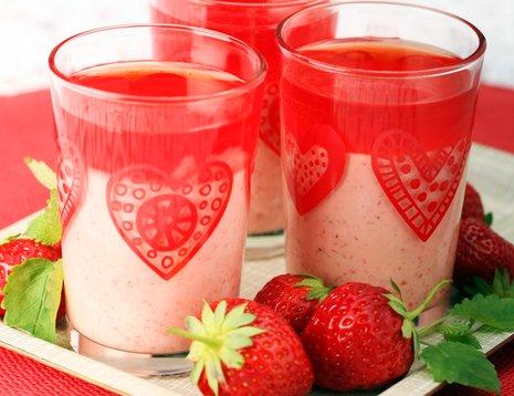 Tre glass jordbærmousse på rød duk