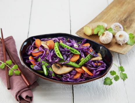 Deilig wok med snittet rød spisskål, sopp, gulrøtter og sukkererter