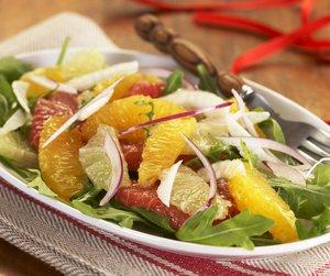 Oppskriftsbilde av appelsin- og grapefruktsalat servert på hvitt fat.