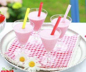 Fire glass med jordbærshots og sugerør på rutete duk