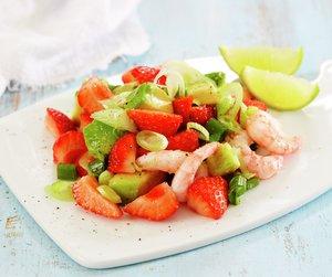 Jordbærsalat med reker på hvit fjøl