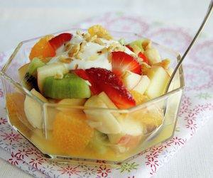 Oppskriftsbilde av fruktsalat servert i glassbolle.