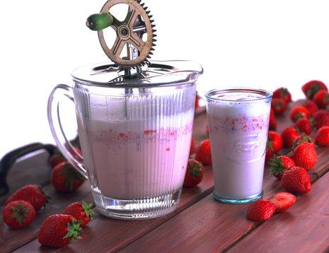 Mugge og glass med jordbærshake