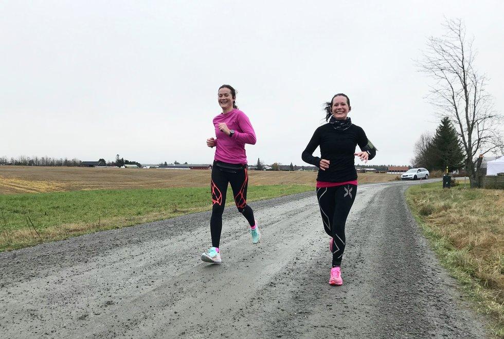 F.v.: Annette Velde Sande og Sofiia Granheim under Kondistreninga Årnes arrangerte Kondisløpet 31. oktober 2020