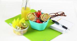 Pannekakewraps i matboks med frukt og grønt ved siden av